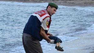 Aylan Kurdi. Ese es el nombre del niño de tres años que con su trágica muerte ha retratado el drama de los refugiados que buscan conseguir asilo como única vía de huída de la guerra que asolan sus países, en este caso Siria.